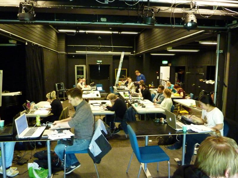 Siderommet på Serieteket stappfullt av serieskapere som snart blir veldig, veldig trøtte.
