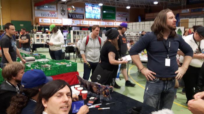 Prøvde å ta et bilde da Game Chasers signerte for Paxian her, men det gikk litt fort. Slik så det iallefall ut fra bak bordene våre.